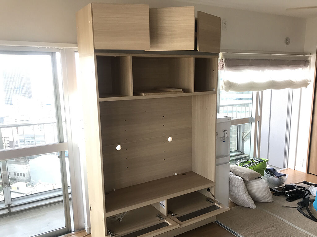 上部と下部をカットしてオーブンレンジを置けるキッチンボードにリメイクしたいとご希望いただいた壁面収納家具