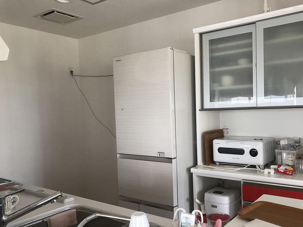 リメイクしたキッチンボードを置いてキッチンが使いやすくなるよう冷蔵庫の位置を移動