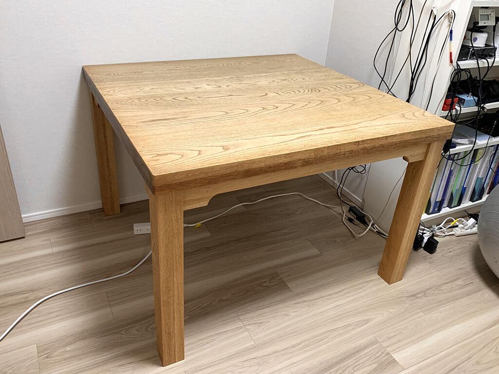 ダイニングテーブルとしても作業用デスクとしても使えるようになったテーブル