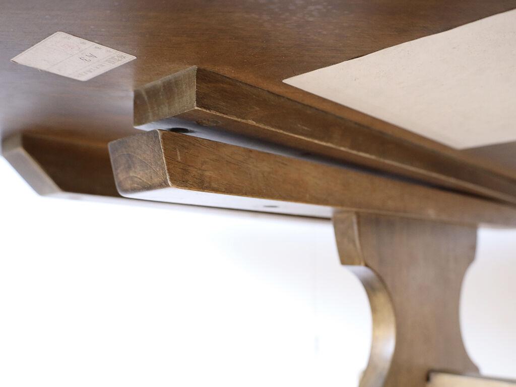 天板に反りが出ており脚との接合がうまくいかずガタついていたダイニングテーブル