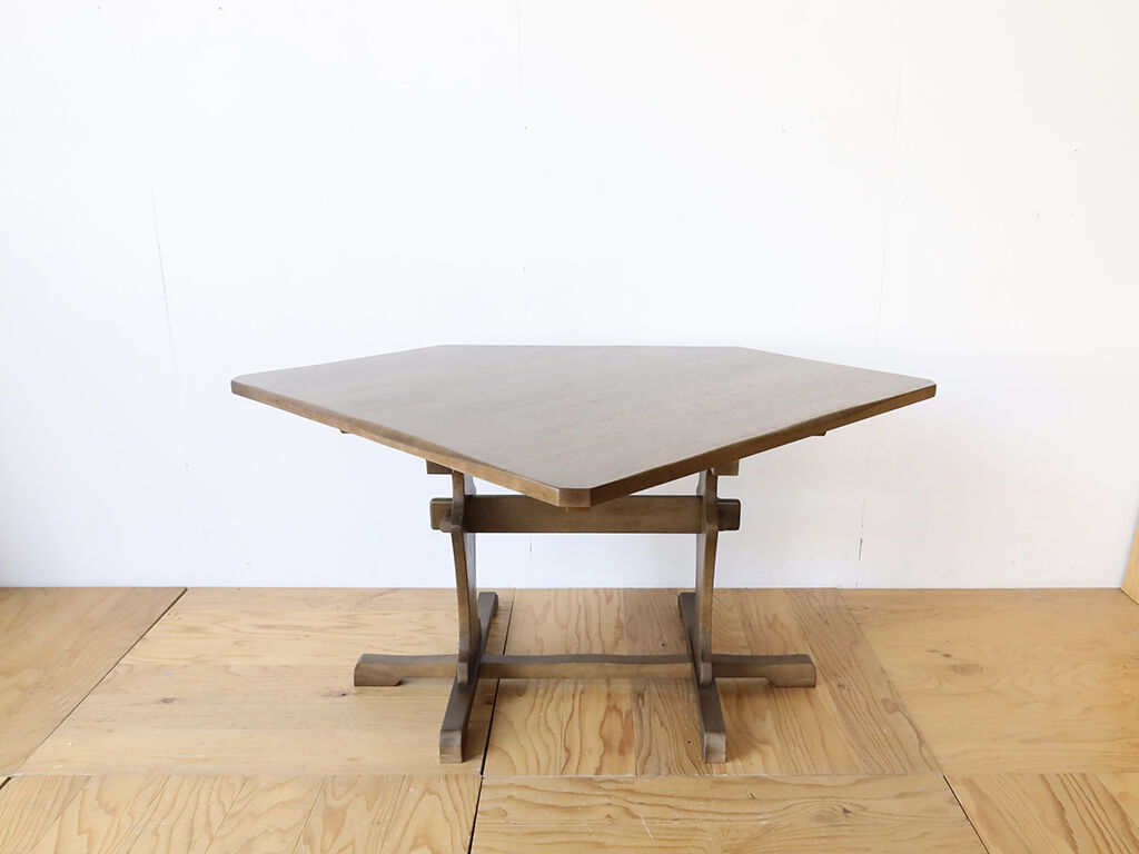 レストアして新品のように綺麗になったダイニングテーブル