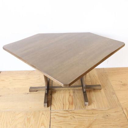 一度何枚かにカットして再び接ぎ合わせることで反りを直したダイニングテーブルの天板
