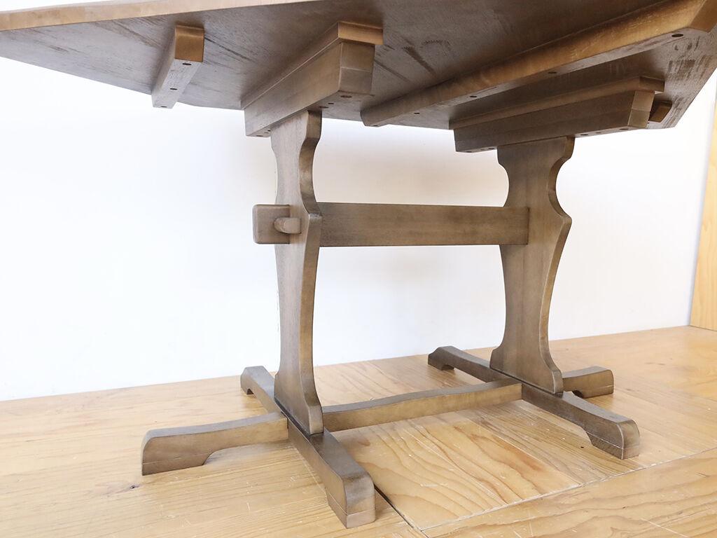テーブルの高さをアップするために材料を足した部分は引きで見るとわからなくなるほどの馴染み具合