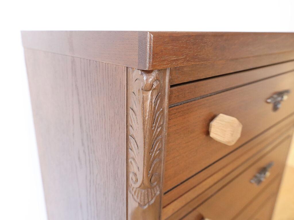 なるべく元のタンスと雰囲気が変わらないように側板の飾り彫部分を使用