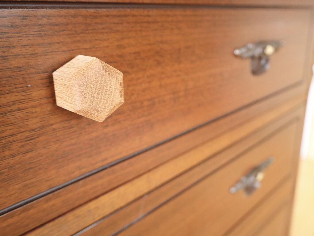 引き出しリサイズにあたり新しく取り付けた六角形の木製取っ手。