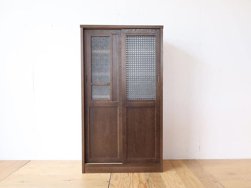 洋服タンスの扉とレトロなガラス板を活かしてリメイクした食器棚
