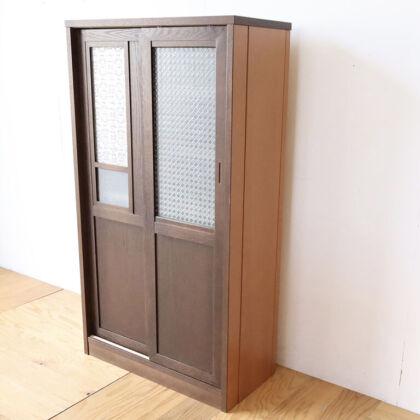 洋服タンスの扉を側板に活かしたガラス戸の食器棚