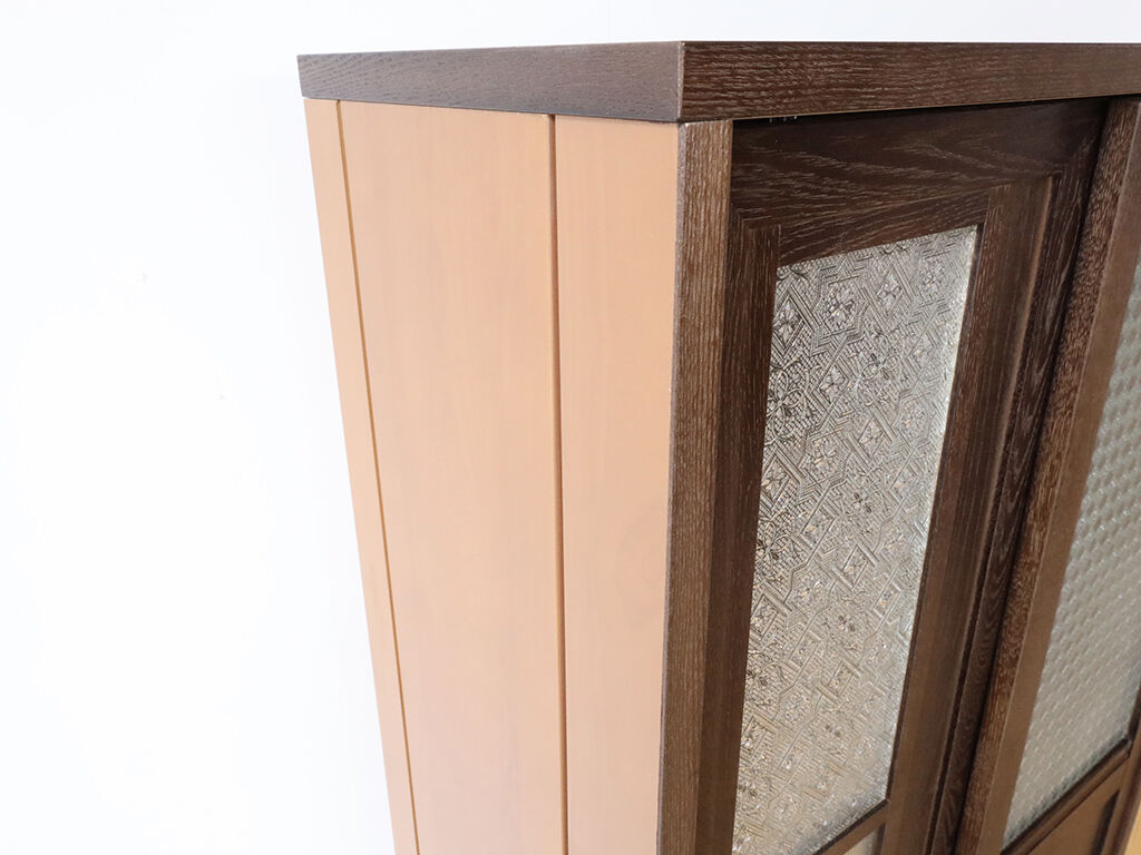 トーンの異なる側板(婚礼タンスの扉)を用いたことでノスタルジックながら古臭さを感じさせない食器棚