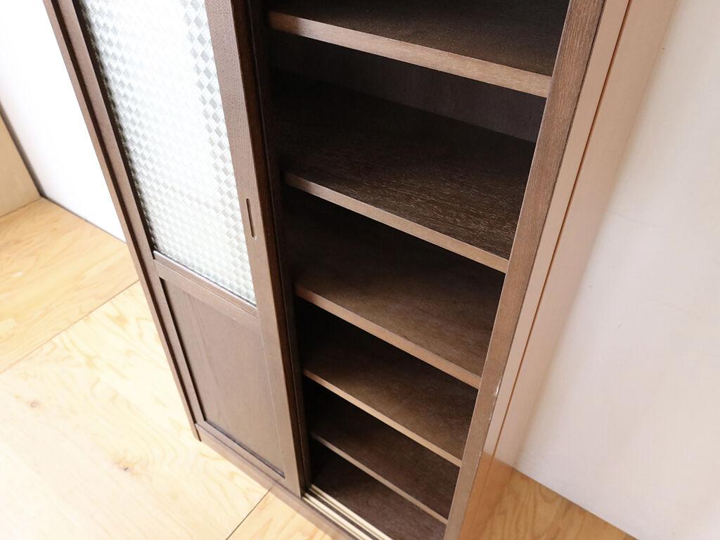 食器棚内部は真ん中が固定棚、上段下段ともに2枚ずつ棚板を入れられるようになっている
