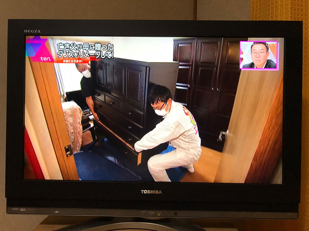 浅越ゴエさんと婚礼タンスの搬出を行う家具作りたいおっさん