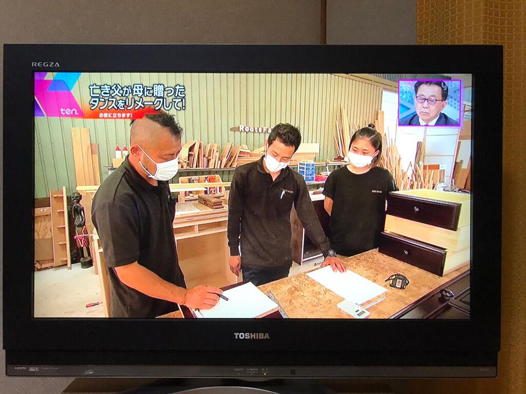 工房スタッフたちが家具のリメイク製作について打ち合わせ