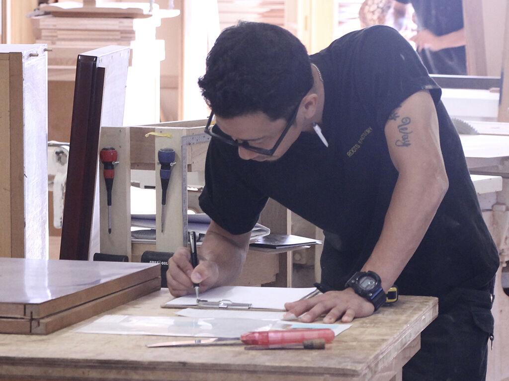 家具の設計を考える工房スタッフ小林