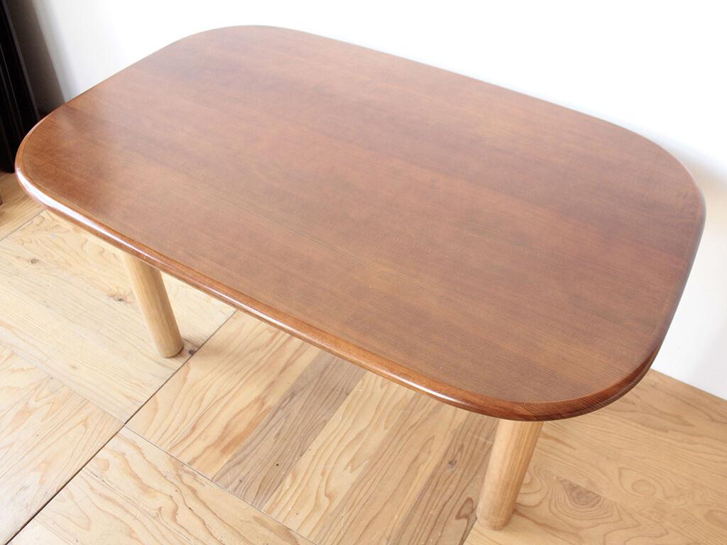 お客様がホームセンターで購入して取り付けたという脚のダイニングテーブル