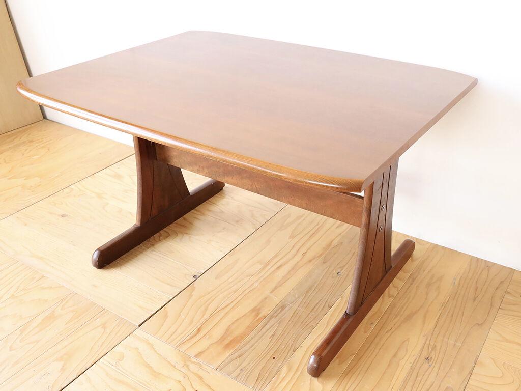 サイドをまっすぐカットすることでスッキリとした仕上がりになったダイニングテーブル