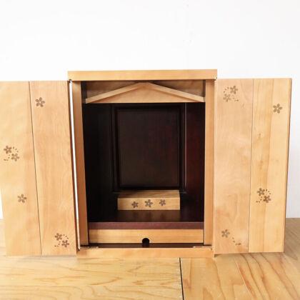 扉の内側に桜の焼き印を施したお仏壇