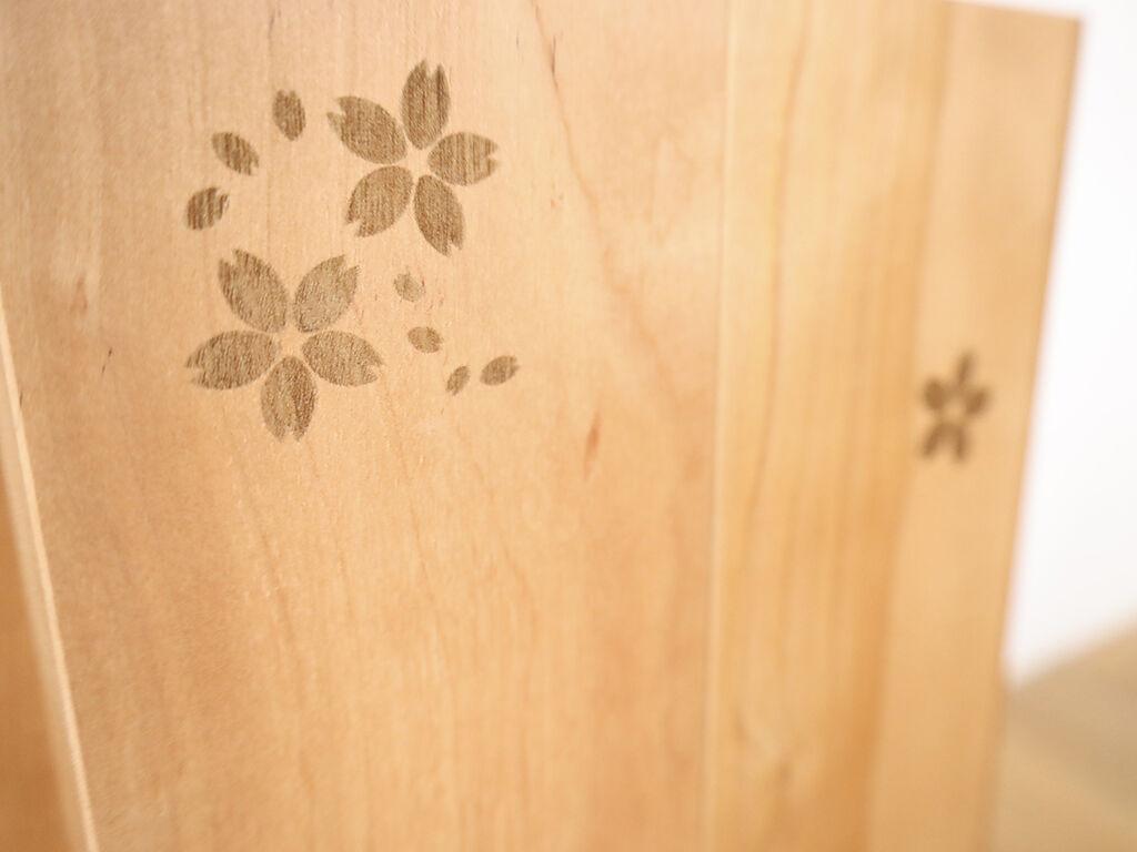 扉に施した桜の焼き印