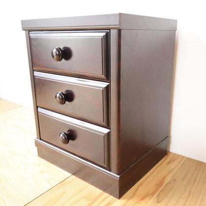 サイズが小さくなった家具とバランスが合うよう元のタンスの台輪を高さカットして使用