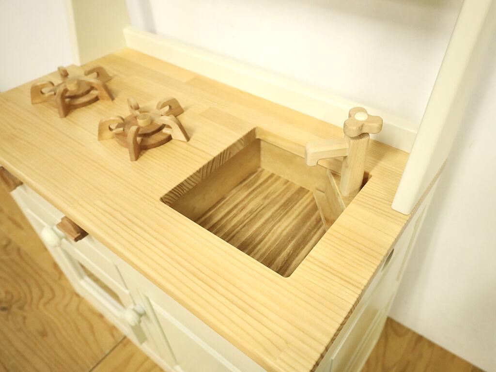 まな板として使えるシンクの蓋を外したおままごとキッチン