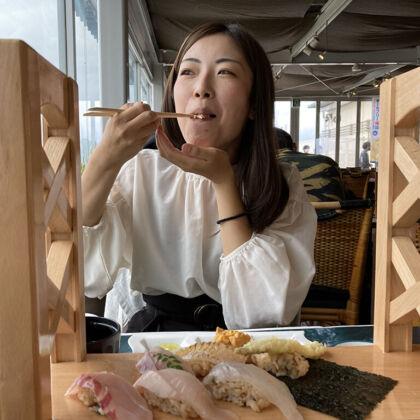美味しいお寿司を頬張って幸せいっぱいのユリマタタ