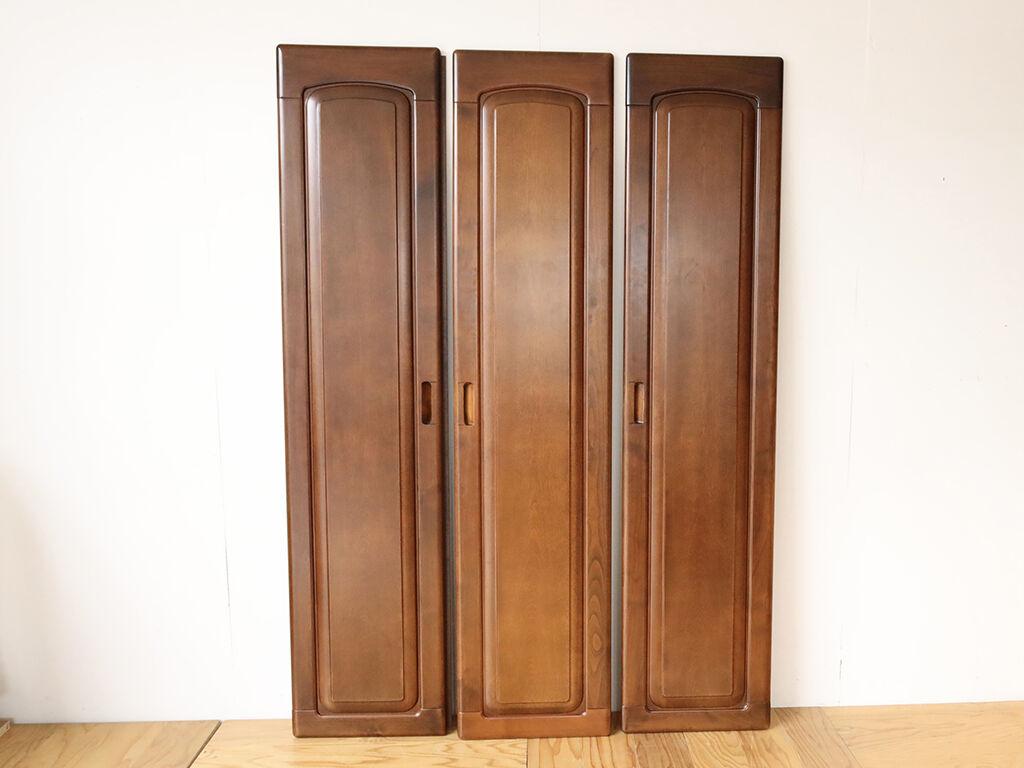 オープン棚へのリメイクに使用した洋服タンスの扉